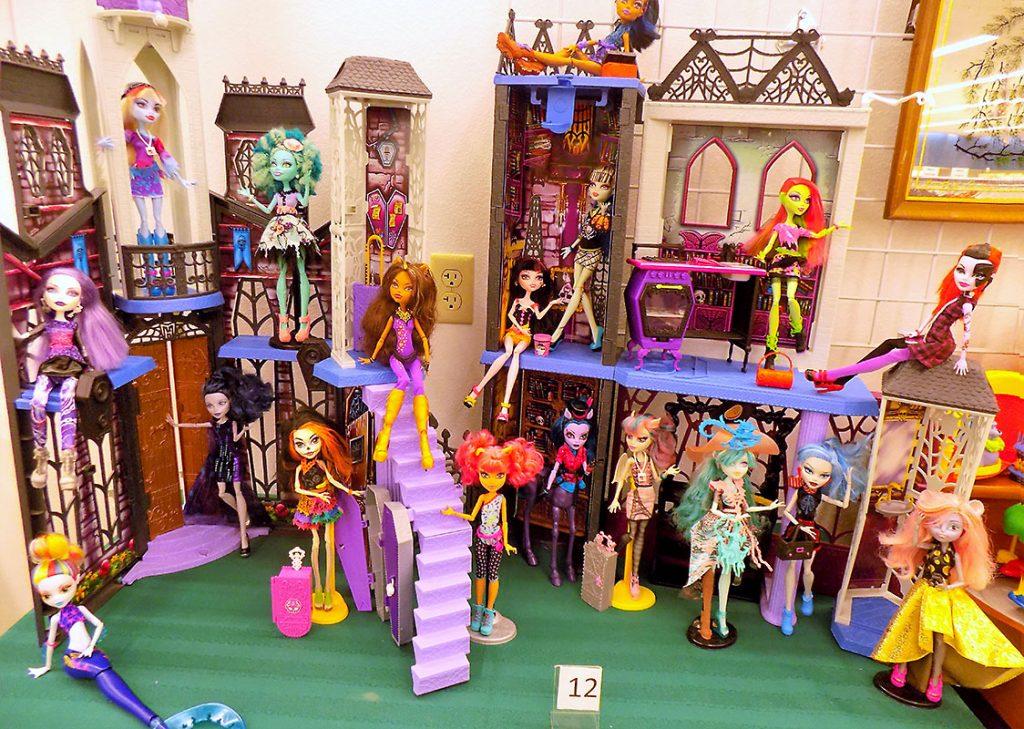 Monster High Deadluxe High School playset and 18 Monster High dolls.